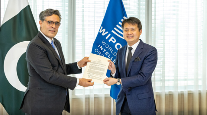 Ambassador Khalil-ur-Rahman Hashmi (left), Permanent Representative of Pakistan to the United Nations and other international Organizations in Geneva, and WIPO Director General Daren Tang