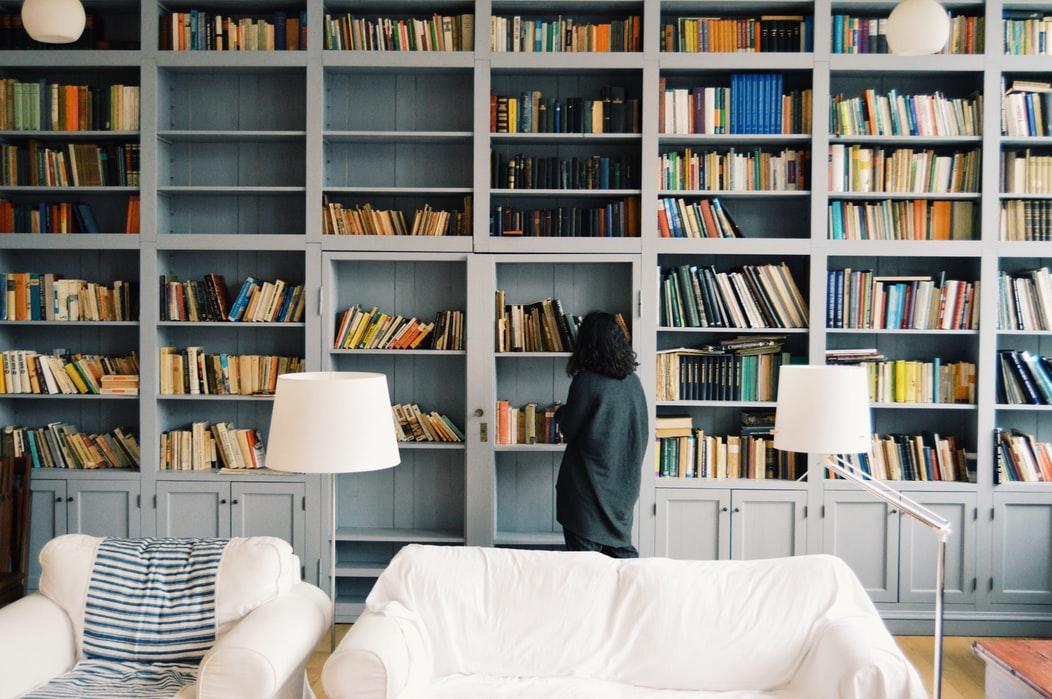 libros, estantería, mujer, sofá, salón